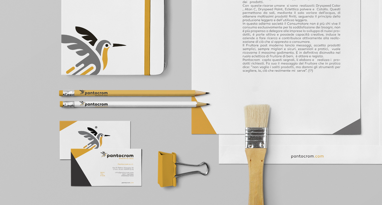Immagine coordinata della Pantocrom progettata dall'agenzia di comunicazione da Studio Polpo: è formata da i biglietti da visita, la carta intestata e un bloc notes personalizzato
