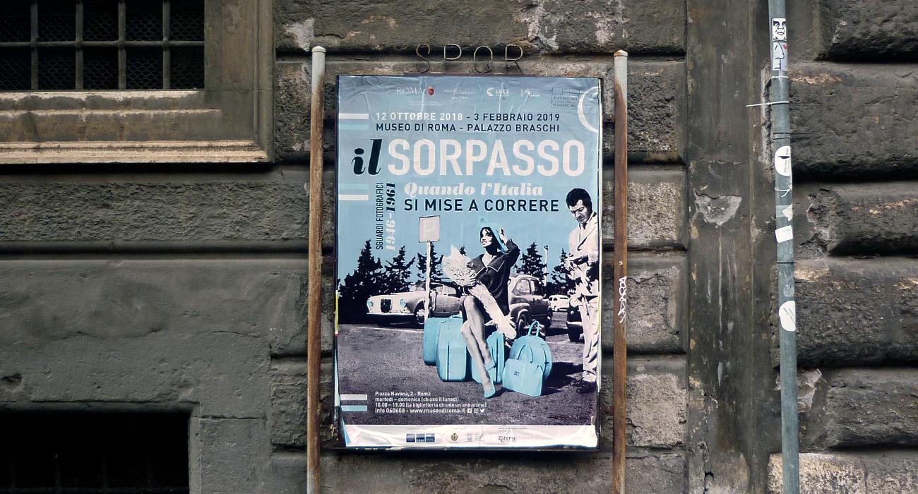Manifesto per la mostra Il Sorpasso, promossa da Museo di Roma a Palazzo Braschi e Istituto Luce, realizzato dallo studio grafico Studio Polpo