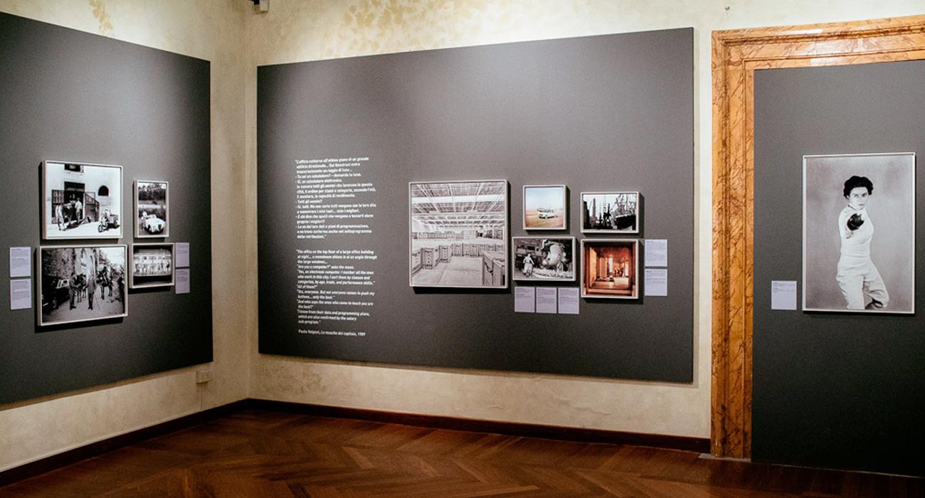 Allestimento della mostra Il Sorpasso a Palazzo Braschi, di cui lo studio di grafica Studio Polpo ha curato la grafica