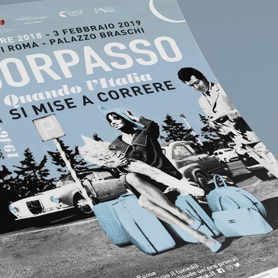 Dettaglio del manifesto della mostra Il Sorpasso allestita al Museo di Roma a Palazzo Braschi, progettato dallo Studio Polpo